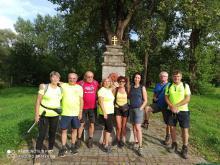 Kysuckí turisti pri pamätníku vyhorenia mesta